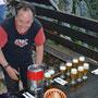 Das Apéro - Bier wird vom Hersteller persönlich angezapft
