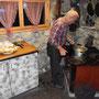 Gastgeber und Küchenchef Mario mit den letzten Handgriffen am Holzofenherd