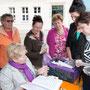 Regina Haar vom Blinden-und-Sehbehinderten-Verband Brandenburg e.V. mit Besuchern