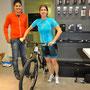 Nicole zusammen mit unserem Velosponser Benjamin mit ihrem neuen Bike.