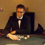 Hochkonzentriert wartet Bond auf die Reaktion seines Gegners