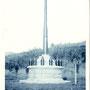 1920-1925 |  Монумент из трофейного орудия Обелиск Тю Кон Хи из орудия береговой артиллерии Порт-Артура на территории Каннуза тайся. С 1953 хранится в краеведческом музее