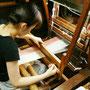 葛布の製織作業中