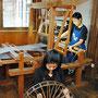 製織作業中(奥) 製織作業のために横糸を準備中(手前)
