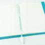 Aufgeklappter Notizblock oder Notizbuch mit Filz Umschlag in türkis / blau DIN A5 Individualisierbar von biasto-laserdesign