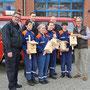 Feuerwehr überreicht dem NABU Grefrath Nistkästen