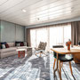 Übersee Suite Wohnbereich/ Schlafbereich 2 | © TUI Cruises