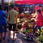 Blumen für den Friedhof aussuchen.