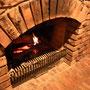 夜は暖炉に火がともる。