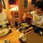 ともすけさんのおそば到着したところで、トシさん完食。
