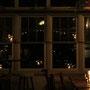 ステージから見た窓ガラス。月と星のようでした。