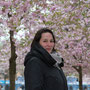 Hélène sous les arbres en fleurs