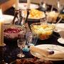 Menu traditionnel pour Noël : chou rouge, cornichons doux, pommes de terre, röti de porc avec la couenne grillée