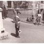 """1964 Da sx negozio Aversente, segue Salone Servidio, alimentari Giovanni Berardi(""""massannielli), Frutta e verdura Giovanni Aversente(""""zu Giuvanni a mmuzzajuoli"""") e ...mio padre che sale"""