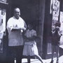 Metà anni '60 Via S. Francesco Gerardo Zagordo (zu Giradi 'i Zagurdi) davanti alla sua bottega di generi alimentari (foto di Bina Zagordo)