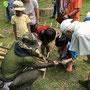 スタッフ指導の下、ノコギリで竹を切ります