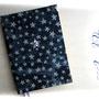"""Kalender 2014 - Hardcovereinband ganzflächig mit blauem Stoff mit Batik-Druck """"Sterne"""" bezogen. Dekoration: Metall-Buchecken und Kunststoffsterne"""