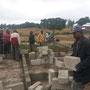 """Baustart der """"Sanya Hoye Primary School"""" mit der Dorfgemeinschaft und Vertretern der lokalen Behörden (Juli 2015)"""