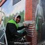 Trotz Kälte wird die Wand gestaltet mit Farbe aus der Dose im der schönen Hauptstadt zur Weihnachtszeit