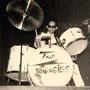 Jan Patty achter de drums. Het logo op de drums werd door zijn broer Sam getekend