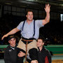 Festsieger Thomas Sempach wird geschuldert von Kilian Wyss und Marco Gerber