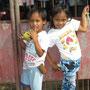 Kinder, die sich frönen und zu sehen