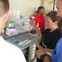 das Team richtet die Medikamente im provisorischen Krankenhaus