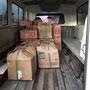 alles wird in einen kleinen Lieferwagen gepackt