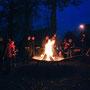 Andreas zündete die Holzscheite an. Man traf sich am Feuer, ganz in Familie, und es war wie immer wild-romantisch und schön!