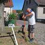 Raik Ulrich beim Aufstellen von Tafeln mit Fotos, die Häuser in ihrem früheren Zustand zeigen. - Foto: Petra Elsner