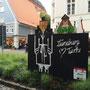Links der Giebel für die estnische Partnerstadt Tartu, rechts für Scunthorpe in England.