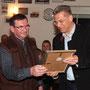 Dr. Gunter Bühler übergibt die Urkunde für die Ehrenmitgliedschaft an Hermann Mayer