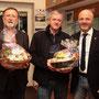 Thomas Walter und Raimund Hildner erhalten als Dankeschön für ihre lange Mitgliedschaft im Vorstand des MSC-Ipf einen Geschenkkorb.