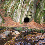 Die Höhle war vielleicht gerade einen Meter hoch und weniger als einen Meter breit. Man konnte sie nur über den Bach oder auf der anderen Seite über das feuchte Ufer erreichen.