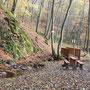 Sie befand sich auf der anderen Seite eines Baches, der sich durch das wilde Tal schlängelte. Eine Brücke führte rechts über den Bach und davor stand, gegenüber der Höhle, ein Tisch mit zwei Bänken.