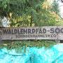 Sie erkannten rechts vor dem Haus ein Schild mit der Aufschrift  Waldlehrpfad - Soon - Schinderhannesweg.