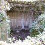 Blick in den beschädigten Bunker - die Wellblechinnenverkleidung wurde herausgerissen (übrigens sieht man sie auch heute noch hier und da als verbautes Material auf den umliegenden Höfen)