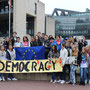 Vor dem Landtag in Düsseldorf: Die Comenius-Gruppe mit der Landtagsabgeordneten Marion Warden (vorne re.)