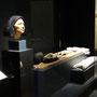 Teil der ägyptischen Dauerausstellung im RP-Museum in Hildesheim: rekonstruierter Kopf, Mumie und Grabbeigaben des Idu