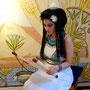 Chimana mit Netzkleid und Halskragen aus ägyptischen Tonperlen, Foto: Daniela Rutica