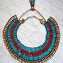 Pharaonischer Schmuck: Halskragen und Gegengewicht mit roten und türkisfarbenen Tonperlen, Design und Foto: Daniela Rutica