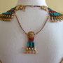 Pharaonischer Schmuck: Halskragen und Gegengewicht mit roten und blauen Tonperlen, Design und Foto: Daniela Rutica