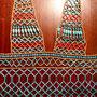 Pharaonischer Schmuck: Netzkleid mit roten und blauen Tonperlen, Design und Foto: Daniela Rutica