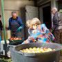 Zuerst wurden die Äpfel in Speissfässer gefüllt,...