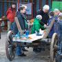 Sassens alter Leiterwagen bietet eine gute Fläche fürs Sägen der schmalen Holzleisten und die abschließenden Arbeiten.