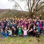 11:30 Uhr: Geschafft! 50 Bäume sind in der Erde, mit Stützpfahl und Namensschild versehen. Als Dankeschön gibts einen NABU-Vogelführer für jedes Schulkind. Toll gemacht, Kinder!! Das war einfach spitze!! Danke sagt der NABU