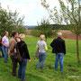 ...demonstriert den Obstbaumschnitt und beantwortet viele Fragen.
