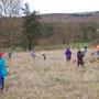 Mit ausreichendem Abstand zum Nachbarn (mind. 10 Meter) werden die Pflanzlöcher gegraben. Auch die Mitarbeiter des Wasserverbandes (orange Jacken) helfen gerne
