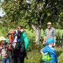 Der Weg war das Ziel - Markus erklärt uns den Apfelbaum am Wegesrand.