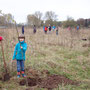 Carina pflanzt mit Hilfe der Mutti eine Stiel-Eiche.